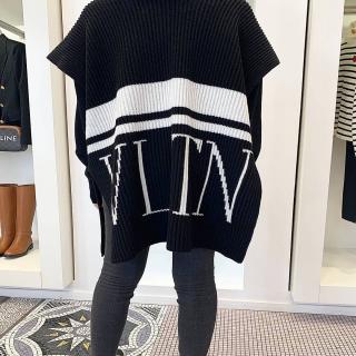 @ultimastrasbourg  @maisonvalentino  Black and White VLTN  . #ultimastrasbourg #valentino #vltn #valentinocape #multibrandstore #luxurybrand #shoppingstrasbourg #freedelivery #clickandcollect