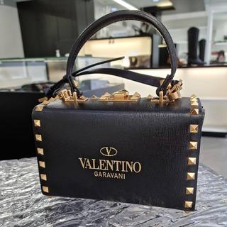 @ultimastrasbourg  @maisonvalentino  VALENTINO MOOD  #ultimastrasbourg #valentino #valentinogaravani #valentinobag #luxurybrand #luxurybag #studs #newinstore #multibrandstore #luxurymultibrandstore #instafashion #influenceuse #shoppingaddict #shoppingstrasbourg